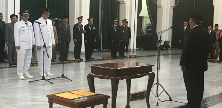 Gubernur Jabar, Ahmad Heryawan saat Melantik Pejabat Bupati Purwakarta dan Bupati  Bekasi di Gedung Sate Bandung.