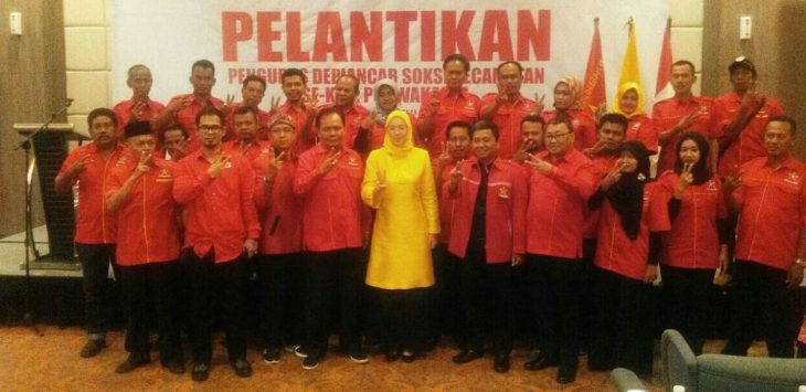 SERTIJAB: Para pengurus Soksi Kabupaten Purwakarta, saat berfoto bersama calon Bupati Anne Ratna Mustika (baju kuning)./Foto: Ade