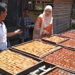Cabup Purwakarta Anne Ratna Mustika kunjungi sentra pembuatan dodol Retak Seribu.