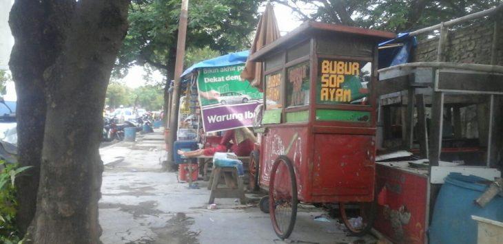 Pedagang Kaki Lima (PKL) belum masih mau beranjak dari trotoar Jalan Sudarsono, Kota Cirebon/Foto: Alwi.