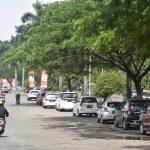 Jalan Raya Tegar Beriman tampak penuh oleh sejumlah kendaraan roda empat angkutan umum online yang memarkirkan kendaraannya/Foto: istimewa.