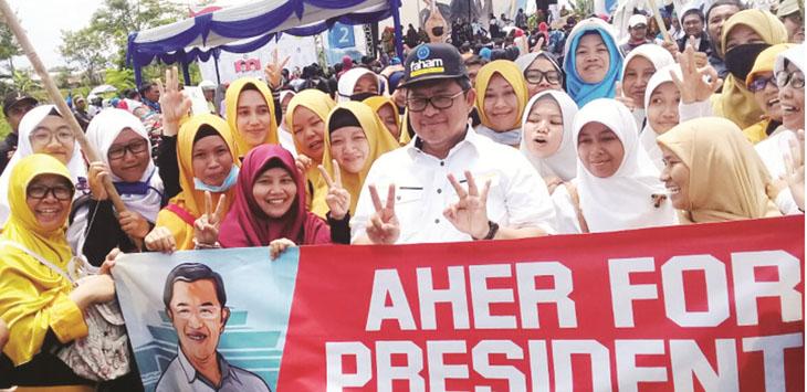 BERI DUKUNGAN: Ahmad Heryawan saat bersama masyarakat Kota Sukabumi yag mendukung dirinya untuk maju di Pilpres 2019 mendatang../Foto: Istimewa