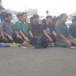 BBM NAIK: Perserta aksi kenaikan BBM dari KAMMI dan BEM Se-Bogor melaksanakan salat berjamaah./Foto: Adi