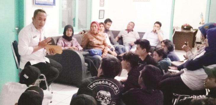 DIPERIKSA: Petugas BNNK Sukabumi saat melakukan assesment terhadap puluhan anggota geng motor yang diduga positif menggunakan obat terlarang, Senin (12/3).