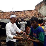 Cawagub Dedi Mulyadi ikut membantu membongkar rumah warga di Kecamatan Sukatani.Enriko/Pojokjabar
