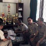Kepala BPN Kota Sukabumi, AW Ganjar (kedua kanan) saat menjalankan program ngantor di Kelurahan Tipar, kemarin (20/3). Kepala BPN Kota Sukabumi, AW Ganjar (kedua kanan) saat menjalankan program ngantor di Kelurahan Tipar, Selasa  (20/3).