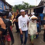 Cawagub Dedi Mulyadi bersama seorang petani asal Kecamatan Sukatani, Kabupaten Bekasi.Enriko/Pojokjabar