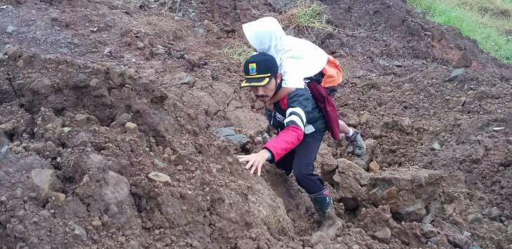 LELAH TAK TERASA: Sebagai pahlawan tanpa tanda jasa, setiap hari guru SDN Neglasari menggendong anak didiknya melintasi perbukitan.