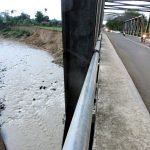 Jembatan Cipamingkis rawan longsor saat arus Sungai Cipamingkis deras. Foto : Istimewa