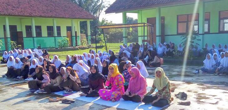 BERSHOLAWAT: Ratusan siswa dan guru SMKN 1 Haurwangi melaksanakan sholawat bersama di lapang sekolah pada hari Jumat.