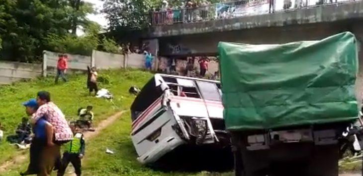 TRAGIS: Kecelakaan terjadi di Tol Cikampek KM 50 A, Jumat (9/3/2018)./Foto: Istimewa