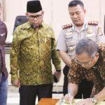 TEKEN MoU: Bupati Sukabumi, Marwan Hamami saat menandatangani nota kesepakatan antara Pemkab Sukabumi, Polres Sukabumi dan APDESI Kabupaten Sukabumi.
