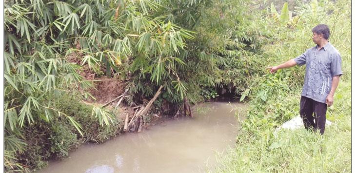 DANGKAL: Eman (48) warga Padasuka, RT 3/6, Kedusunan Padasuka, Desa Kertaraharja, Kecamatan Cikembar, saat menunjuk lokasi sungai yang belum juga dibangun tanggul oleh CV Bagus.