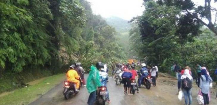 Hujan yang terus mengguyur Cianjur dan sekitaranya menyebabkan longsor di Jalan Cianjur-Jonggol, Kecamatan Cikalongkulon