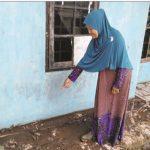 PASCA BANJIR: Warga Kampung Talun Peuntas, RT 4/2, Desa Balekambang, Kecamatan Nagrak memperlihatkan lumpur yang telah mengering di halaman rumahnya.