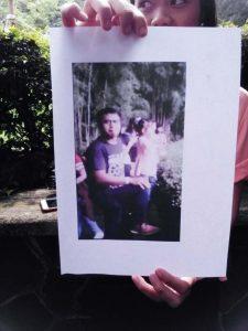 SEBAR: Foto Pelaku pelempar rokok ke kandang seekor Orang Utan Bernama Ozon. Foto tersebut merupakan tangkapan pengelola Kebun Binatang Bandung pada saat mengecek video yang menyebar di sosial media sebagai barang bukti kejadian tersebut.