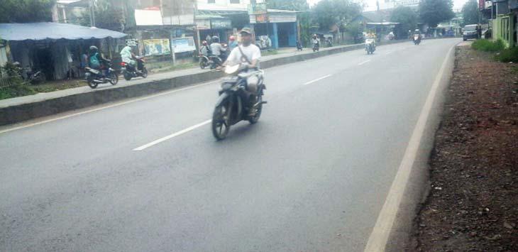 TKP PEMBEGALAN : Jalan Sudirman, Desa Pangulah Selatan depan Gumilar menjadi tempat kejadian perkara pembegalan terhadap seorang karyawati yang baru turun dari bus jemputan karyawan. AHMAD SOPIAN YAHYA/RADAR KARAWANG