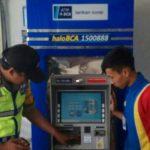 MEMERIKSA: Anggota Polsek Gunungguruh, Resor Sukabumi Kota, tengah melakukan pengecekan mesin ATM dalam upaya mencegah kejahatan dengan modus skimming.