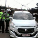 RAZIA GABUNGAN: Polisi sedang memeriksa kelengkapan kendaraan saat razia gabungan, Rabu (21/3). Foto:Fadilah Munajat/ Radar Cianjur