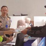 PELAYANAN: Sejumlah jajaran Satuan Lalulintas (Satlantas) Polres Sukabumi Kota melayani pemohon SIM