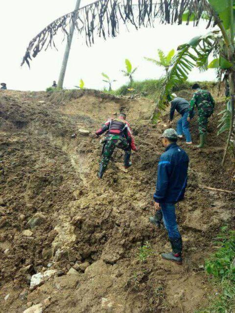 Warga dan babinsa lewati bukit longsor di Batulwang