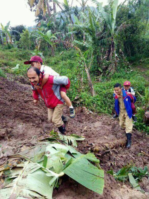 Guru SDN Neglasari Cianjur Gendong Siswa Lintasi Bukit Longsor