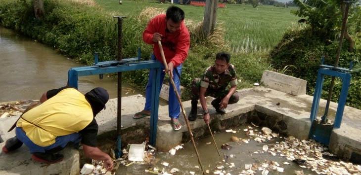 PEDULI LINGKUNGAN: Warga dan Babinsa membersihkan sampah di anak sungai Citarum. Foto: Fadilah Munajat/Radar Cianjur