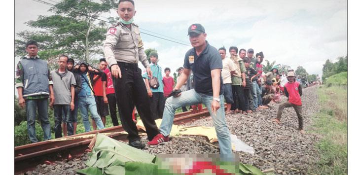 EVAKUASI : Sejumlah anggota Polsek Kebonpedes, tengah melakukan evakuasi terhadap jasad korban yang tewas tergilas KA Siliwangi, di Kampung Situ Odog, RT 3/4, Desa Bojongsawah, Kecamatan Kebon Pedes, Senin (12/3).