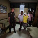 Tersangka NA mengenakan rompi tahanan Kejari Kabupaten Bekasi dibawa ke dalam mobil. Foto : Istimewa