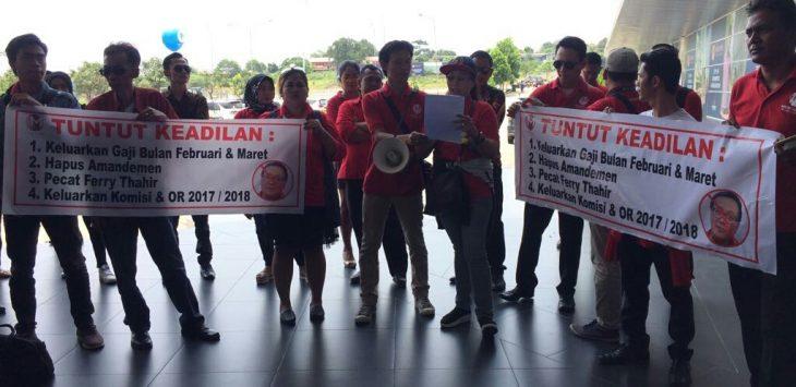 Marketing Meikarta menggelar aksi di depan kantor marketing gallery di Cikarang Selatan. Foto : Enriko/Pojokjabar