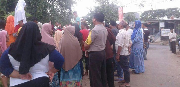 Warga mengerumuni TKP perempuan tertabrak kereta api di Tambun Selatan. Foto : Istimewa