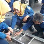 Personel Damkar Kota Bekasi sedang berlatih tali-temali. Foto : Istimewa