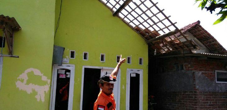 Petugas BPBD Kabupaten Cirebon menunjukan rumah warga yang terkena angin puting beliung. Foto: Bagja/pijokjabar.com
