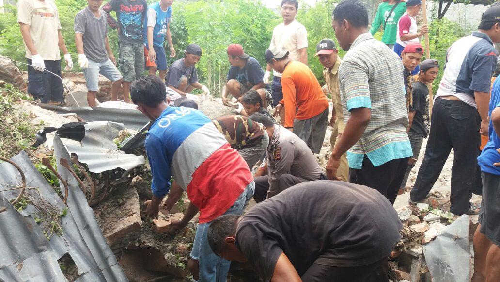 Warga evakuasi korban reruntuhan. Foto: Dede/pojokjabar