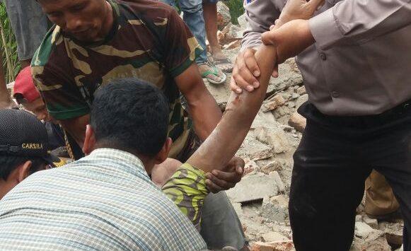 Kepolisian dibantu warga saat mengevakuasi korban. Foto: Dede/pojokjabar.com