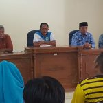 Kadisbudparpora Kabupaten Cirebon, Hartono saat membagikan dana stimulan atlet dan pelatih. Foto: Dede/pojokjabar.com