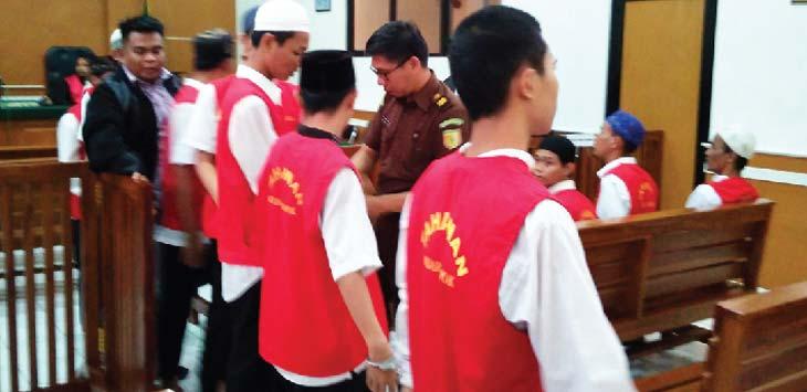 SIDANG: Kedepalan tersangka geng jepang saat disidangkan di PN Depok. Rubiakto/Radar Depok