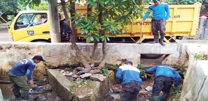 DINORMALISASI: Satgas Banjir Dinas PUPR Kota Depok, membersihkan irigrasi yang banyak sampah dan lumpur di Perumahan Permata Depok, Kelurahan Pondok Jaya, Cipayung, rabu 918/4/18). Irwan/Radar Depok