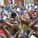 KOMPAPAK: Ratusan ASN Depok langsung mengunduh aplikasi Sigap saat Walikota menyosialisasikannya di Masjid Agung Balaikota Depok, senin (23/4/18). Ist