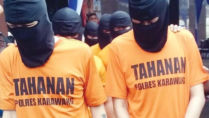 DIBORGOL: Bandar sabu jaringan Aceh tanpa alas kaki digiring ke penjara Polres Karawang, kamis (26/4/18).