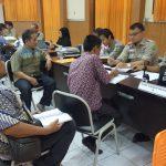 Ayi Hambali (kemeja hijau) dan tim tengah melakukan pendaftaran di kantor KPU Jawa Barat di Bandung. Foto: Dede/pojokjabar.com