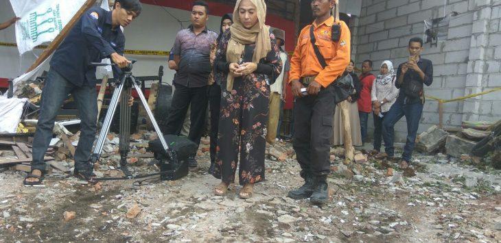Dian Hernawa Susanti (tengah) saat meninjau lokasi. Foto: Dede/pojokjabar.com