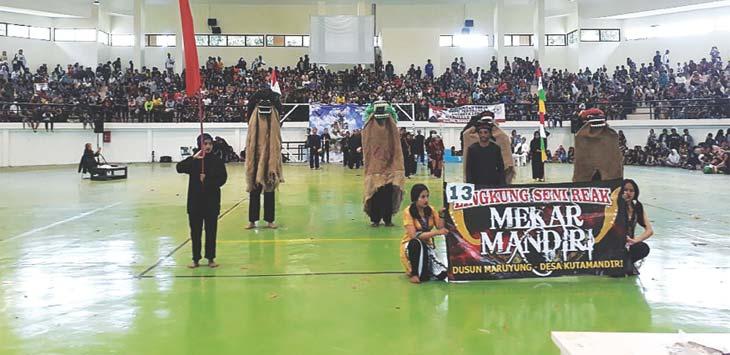 FESTIVAL: Persatuan komunitas budaya Sukma Sajati berhasil menggelar parade festival kreasi barong jilid II tahun 2018 yang dilaksanakan di Taman Loji, Kampus ITB Jatinangor, Minggu (15/4/18). TOHA HAMDANI/RADAR SUMEDANG