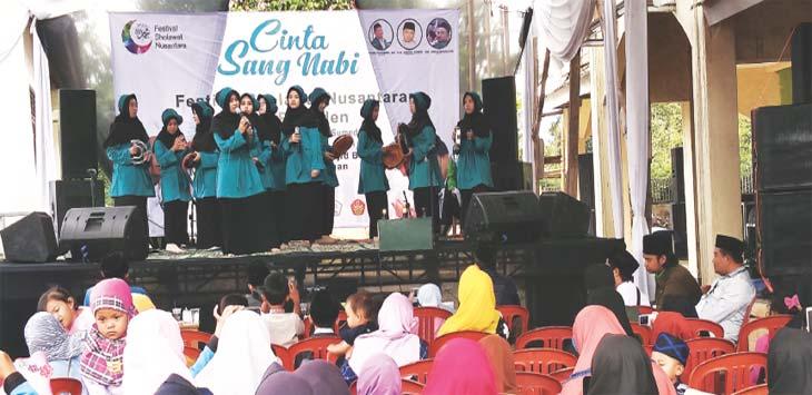 UNJUK KEBOLEHAN: Peserta Festival Salawat Nusantara tingkat kecamatan Pamulihan saat menunjukan kebolehannya di hadapan dewan juri. TOHA HAMDANI/RADAR SUMEDANG