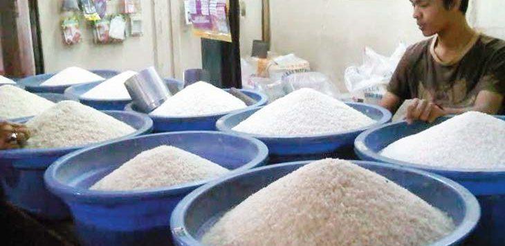 STABIL: Harga beras di pasaran jelang bulan puasa relatif stabil. Jawapos