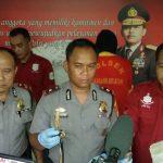 Kapolsek Cikarang Selatan Kompol Alin Kuncoro menunjukkan barang bukti tanduk rusa. Foto : Istimewa