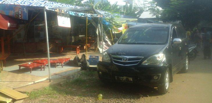 Mobil Avanza E 1237 YN yang menyerudug shalter pedagang di stadion Bima. Foto: Alwi