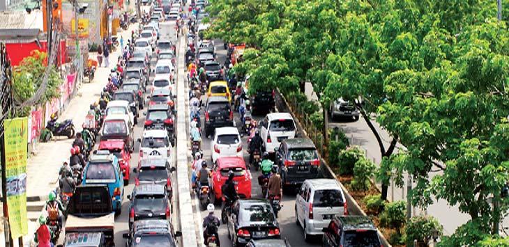 TERJEBAK KEMACETAN: Sejumlah kendaraan terjebak kemacetan saat melintas di Jalan Raya Margonda. Ahmad Fachry/Radar Depok
