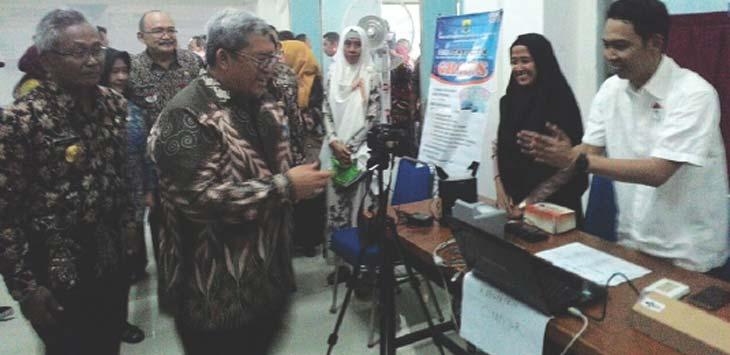 MONITORING: Gubernur Jawa barat Ahmad Heryawan didampingi Pjs Bupati Sumedang Sumarwan Hadisoemarto saat memantau pelayanan pembuatan EKT-el langsung jadi di IPDN. TOHA HAMDANI/RADAR SUMEDANG