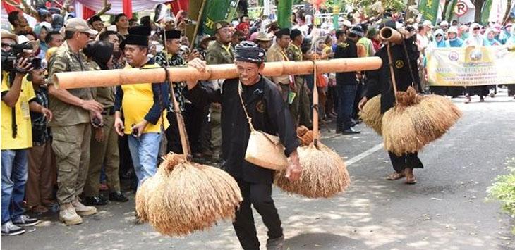 Ribuan warga Jawa Barat menyaksikan Pawai Taaruf Kafilah MTQ XXXV Tingkat Provinsi Jawa Barat Tahun 2018 yang berlangsung sangat meriah. (FOTO : Humas Pemprov Jabar)